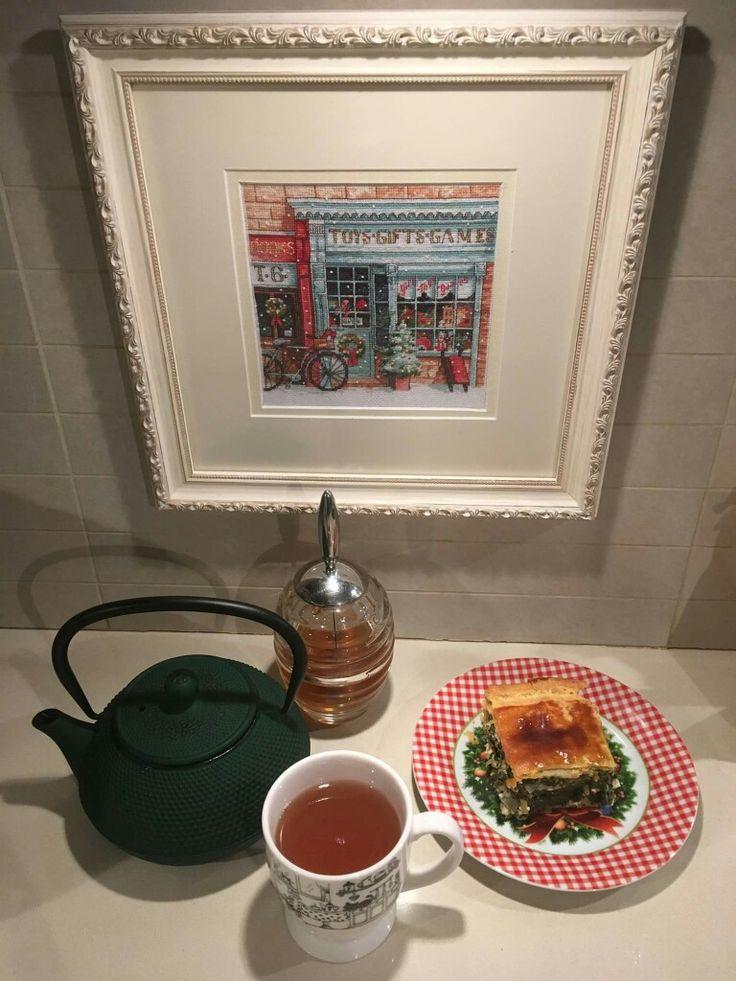 Aρωματικό τσάι με μέλι και χορτόπιτα.