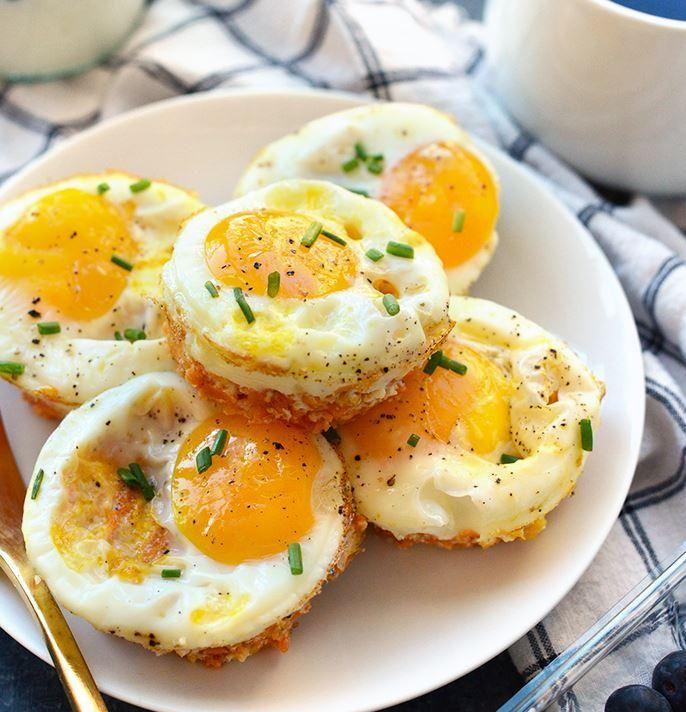 Découvrez nos suggestions de recettes pour cuisiner les oeufs différemment au petit-déjeuner; avec des avocats, en gruau, etc.