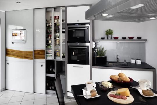 Armario despensa de cocina con puertas correderas, con rellenos de cristal lacado blanco y serigrafía horizontal de chapa de madera. Televis...