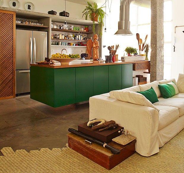 O designer Marcelo Rosenbaum foi responsável pelo projeto desta casa, junto com o arquiteto Flavio Miranda. Entre as intervenções, está a criação de uma mesa lateral composta por duas caixas antigas empilhadas e algumas peças de artesanato.