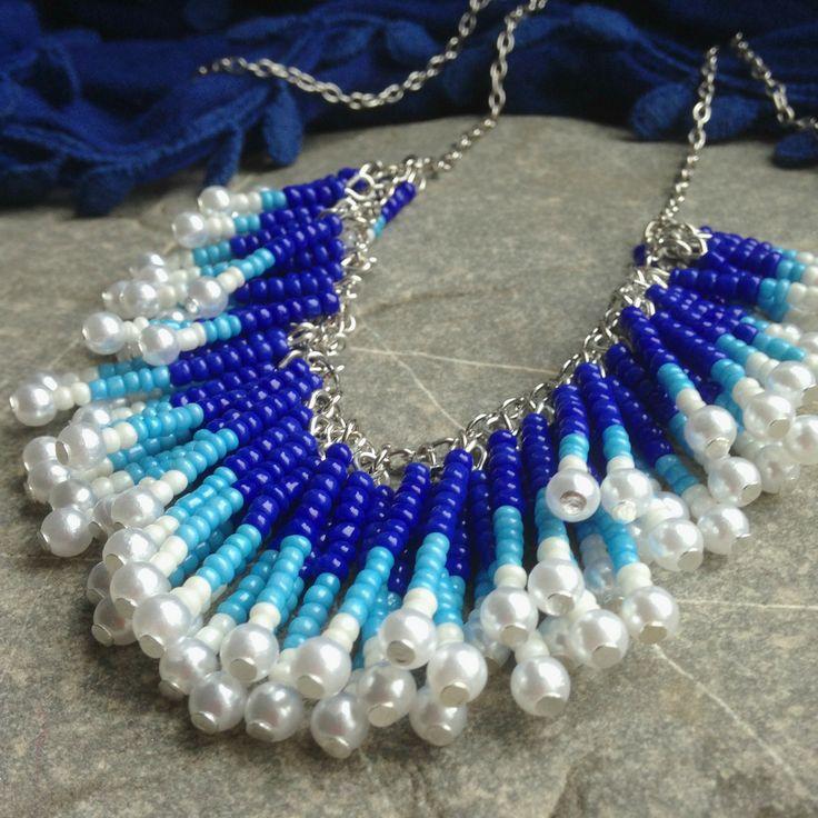 Střapatý námořník Bohatý a nepřehlédnutelný náhrdelník s tyčinkamis modrým a bílým rokajlem a voskovanými korálky. Délka řetízku 48 cm, zapínání karabinka - řetízek v barvě platiny, běžný kov K náhrdelníku se hodí náušnice a náramek