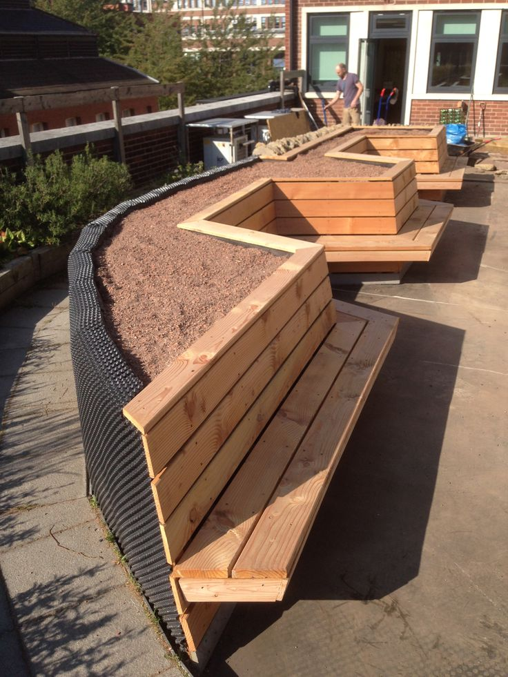 Handspring Design in Sheffield have recently revisited a roof garden project for Sheffield University 8 years ago and are carrying out major alterations to the growing beds. This has involved completely stripping out all the existing beds, and building a new 25m bench/planter using 90% reclaimed materials from the strip-out – with the only additions being new UK kiln dried