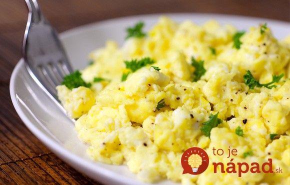 Prezradíme vám trik, ktorý vo svojich reštauráciách používajú špičkový šéfkuchári, ako napríklad svetoznámy G. Ramsay. Praženica bude krásne nadýchaná, krémová a vajcia pritom budú perfektne prepečené!