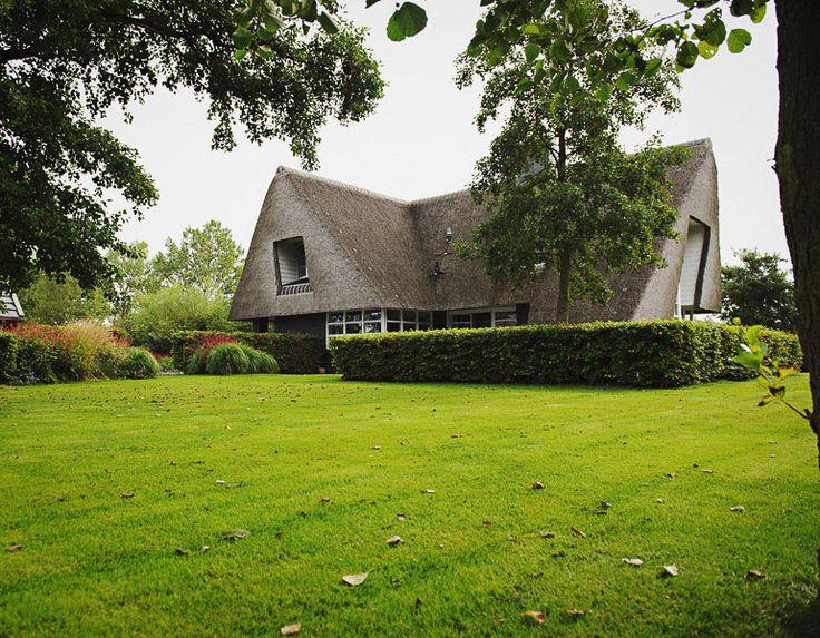 Landelijke tuin bij bijzonder huis. De interactie tussen huis en tuin maakt de plek tot een prettige verblijfsplaats.