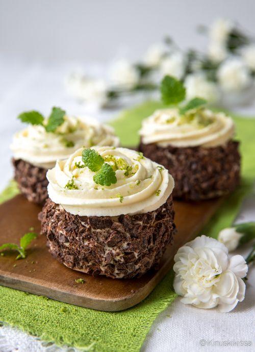 Nämä hurmaavat ranskalaiset marenkileivokset yhdistävät rapeaa marenkia sitruunaiseen kermatäytteeseen. Kun lopputulos vielä pyöräytetään rouhitussa suklaassa, voidaan lunastaa nimen asettamat odotukset - marvelous, mahtavaa! Muistathan myös kurkata aiempia marvelous-reseptejä: marjaisia sekä vaniljan ja kaakaon makuisia. Näistä on helppo muokata täytteen ja koristelun kautta oma unelmien marvelous! Merveilleux-marenkileivokset Vinkit: Reunojen koristeluun käyvät myös nonparellit…