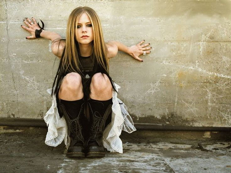 avril lavigne | Avril Lavigne supported against a wall