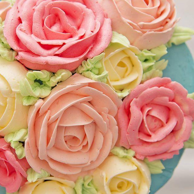 #buttercreamcake  #buttercreamflowers #roses #buttercream #swissmeringuebuttercream