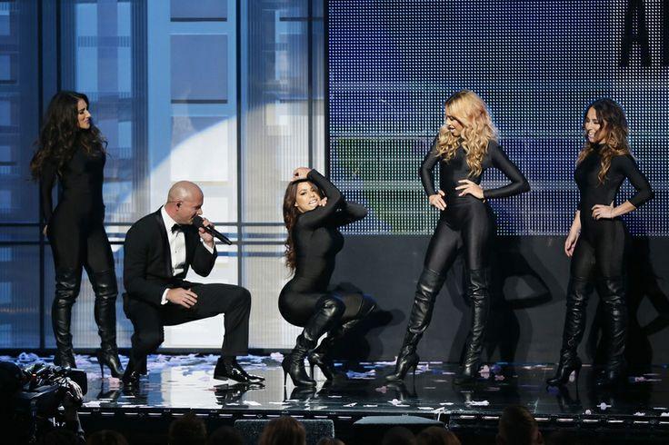 Pitbull, animateur de la soirée, fait le clown avec les danseuses.