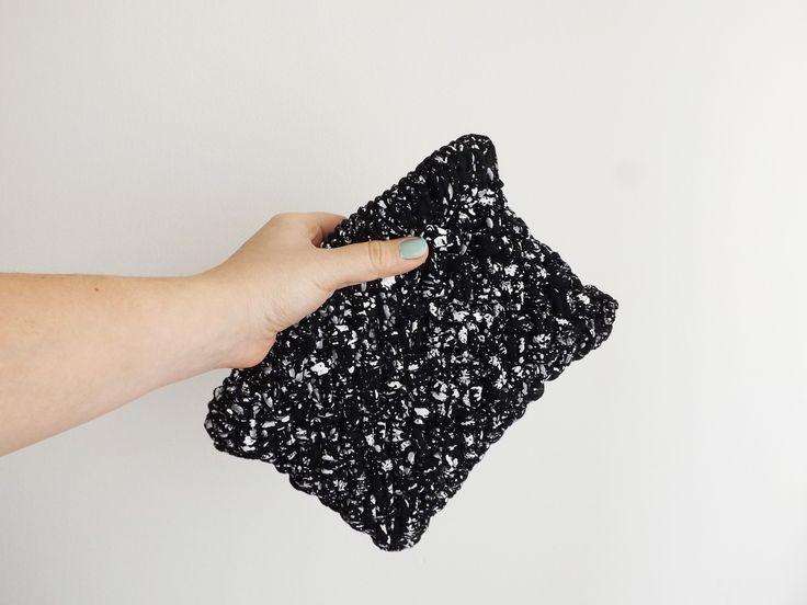 KNOTTY CLUTCH | Pochette bianca e nera in jersey con trama intrecciata made in dolcedormireknitwear