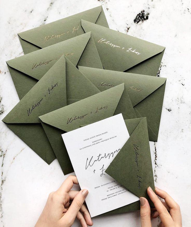 Invitaciones de boda minimalistas en el campo con sobres de papel dorado …..