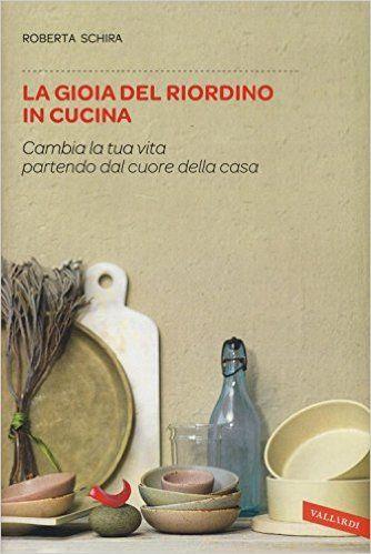 Una delle firme più autorevoli della critica gastronomica in Italia spiega come organizzare e riordinare gli strumenti che abitano la cucina, attraverso una serie di accorgimenti ispirati alla psicologia come all'economia domestica.