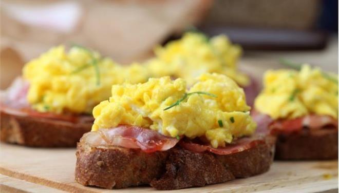 Ανοιχτό σάντουιτς με αβγά και μπέικον - Τι θα φάμε σημερα - Τα Νέα Οnline