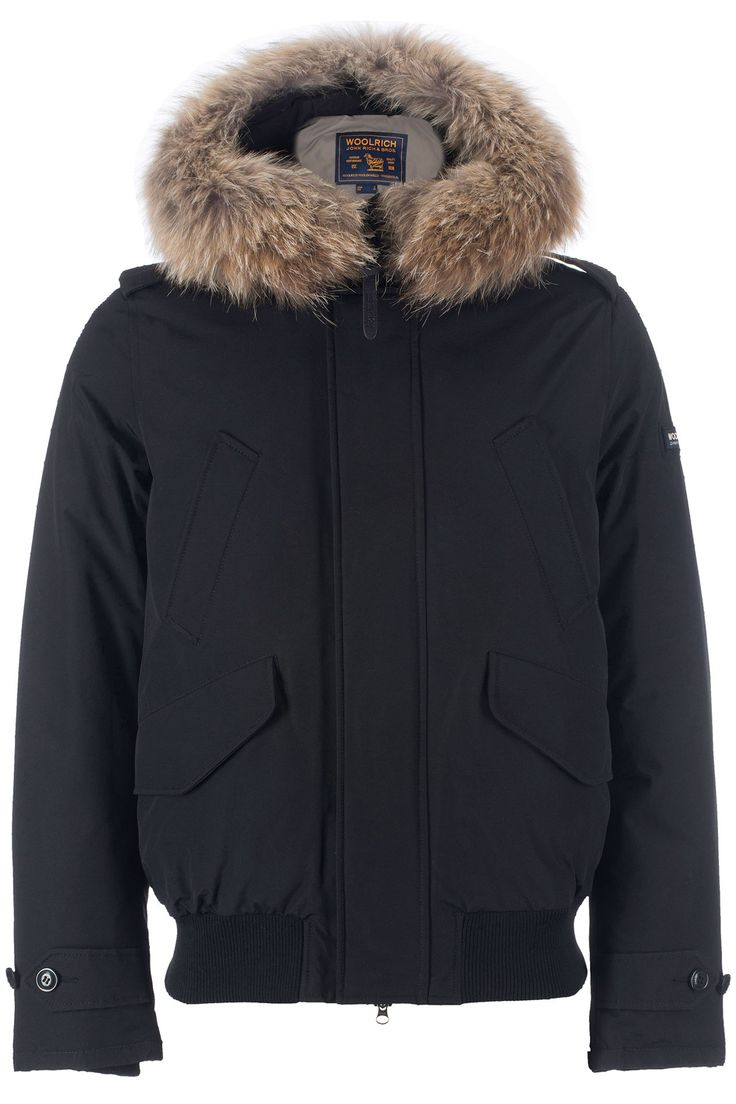 Kort zwart jack met een vaste capuchon en afneembaar bond van Woolrich. Het jack is gemaakt van Woolrich iconische katoen / nylon stof met een speciale teflon afwerking voor extra weerstand tegen sneeuw, regen en wind. Daarnaast is deze jas voorzien van rits en knoopsluiting. Handwarmer zakken en patch klepzakken. Op de arm zit een badge met het logo van Woolrich.