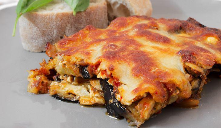 Ένα πεντανόστιμο πιάτο με το υπέροχο, αγαπημένο λαχανικό του καλοκαιριού, τη μελιτζάνα. Δεν νοείται καλοκαιρινό τραπέζι χωρίς μελιτζάνες, που μαγειρεύονται