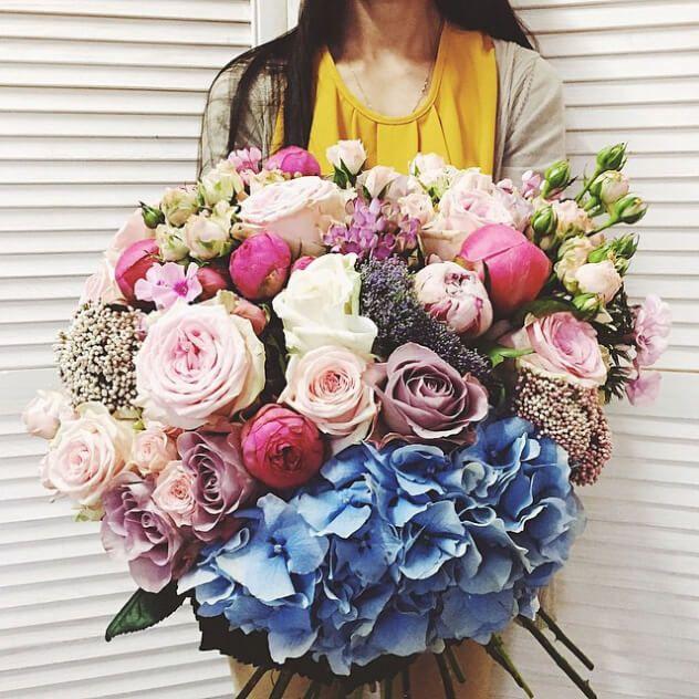 Большой тяжелый красавец с голубой гортензией, розами Pink Piaano и двумя сортами пионов