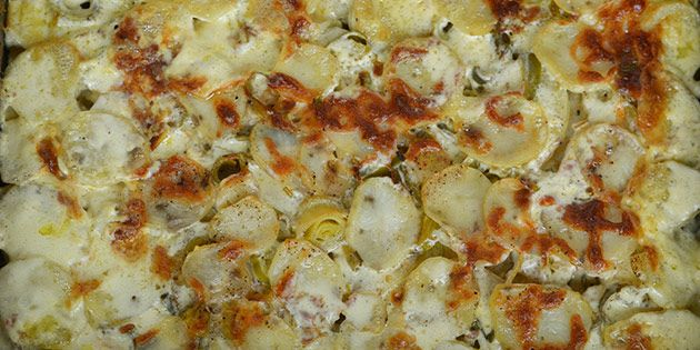De bedste og mest cremede flødekartofler med porrer og smeltet ost, som giver smagen det sidste pift.