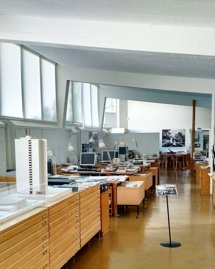 Alvar Aallon ateljeen (1955) piirustussali kylpee valossa luoteeseen ja kaakkoon aukeavien ikkunanauhojen ansiosta. Salissa oli toimiston alkuaikoina ennen verhojen asennusta niin valoisaa että henkilökunta teippasi skissipaperia ikkunoihin valoa taittamaan. Tila oli avointa työskentelytilaa ja piirustuspaikkoja muunneltiin sitä mukaan kun henkilökunta ja tilauskanta kasvoi. Ateljeen opastuksella pääsee näkemään näiden pöytien ääressä 50-luvulla käytettyä arkkitehdin välineistöä. Nykyään…