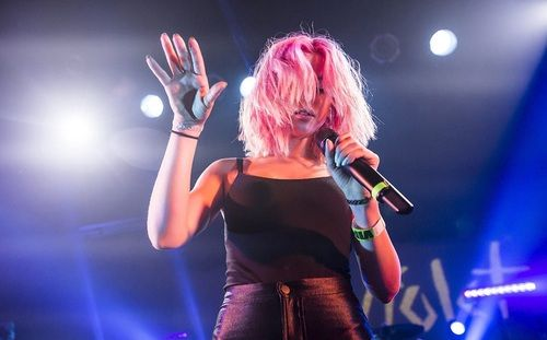 band, concert, and pink hair by Aaliyah | We Heart It