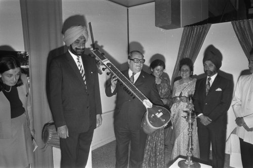 Fotocollectie » De Indiase deelnemers aan de expositie tonen een Indiaas muziekinstrument, de si… | gahetNA