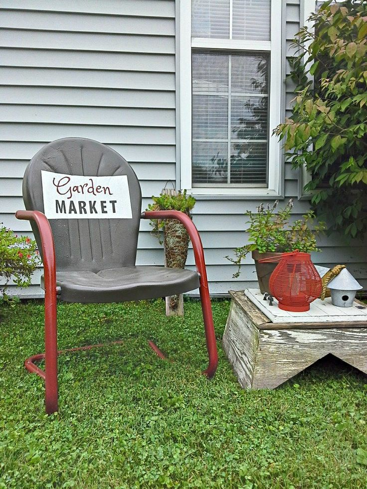 DIY Two tone vintage metal lawn chair with painted garden sign - stowandtellu.com