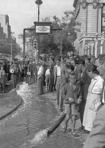 INUNDACIONES EN EL METRO: Madrid, 11/09/1942.- Bombas de agua evacúan una inundación en la estación de Metro de Banco de España en Madrid. EFE/Vidal.