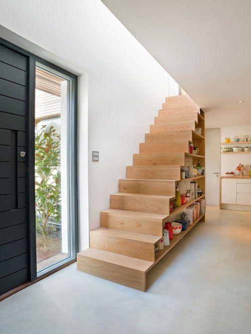houten trap met boekenkast eronder