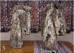 Caballos de madera de Timor, $800.000 c/u, y camino ikat tejido a mano, $450.000, en LP Decor.