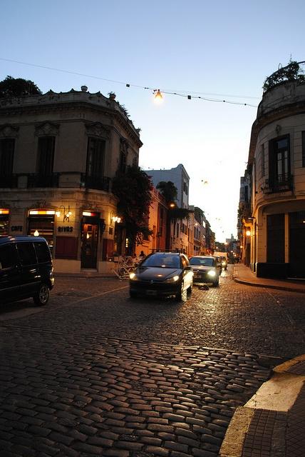 Atardecer en San Telmo: Balcarce y Estados Unidos, dos calles empedradas y edificios bajos, una postal típica de Buenos Aires