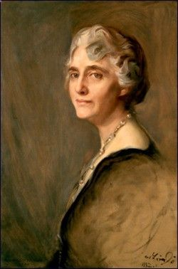 coolchicksfromhistory: US First Lady Lou Hoover (1874-1944) Desegregated White House functions Only First Lady (so far) to speak an Asian language.  Sometimes Herbert and Lou would speak Chinese to foil eavesdroppers. Along with her husband, she translated  Agricola's De Re Metallica from Latin. It is still the standard English translation today.   Decorated by King Albert I for her work with Belgian refugees during WWI. First women to receive a geology degree from Stanford University ...