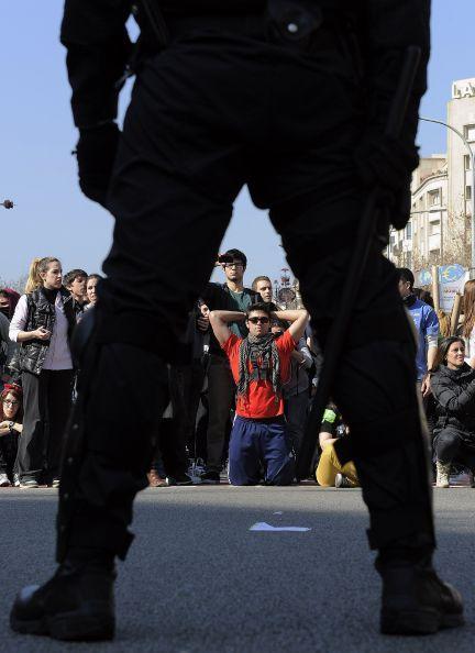 Las cargas policiales vuelven a atravesar el reclamo estudiantil, esta vez, en Barcelona. Foto: AFP/Lluis Gene.