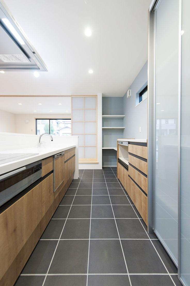 タイルを使ったキッチン 木目調キッチン 床暖房 素敵 キッチン床 リビング キッチン キッチン間取り