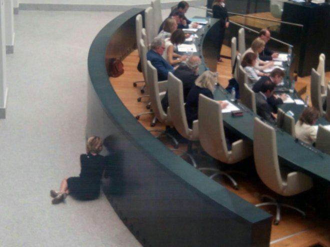 2016-06-29 Esperanza Aguirre, pillada 'por los suelos' hablando por la radio durante el Pleno del Ayuntamiento de Madrid