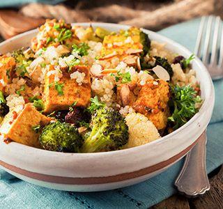 Een verrassend lekker vegetarisch gerecht met quinoa, pittig gemarineerde tofu, broccoli en bloemkool.