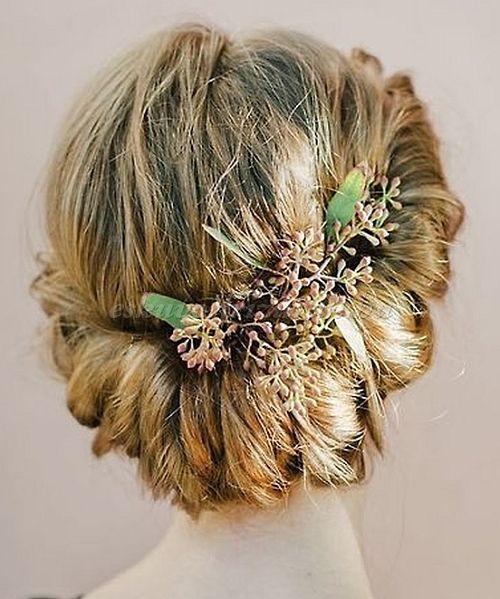 esküvői frizura virággal - esküvői konty virágdísszel