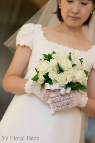 白薔薇のシンプルなラウンドブーケ   @丸の内 響  ys floral deco