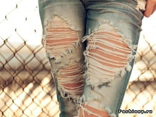 Привычка носить дырявые джинсы красные кроссовки
