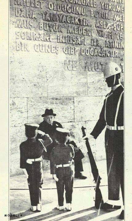 Anıtkabir'i ziyaret eden İsmet Paşa'yı selamlayan çocuklar.