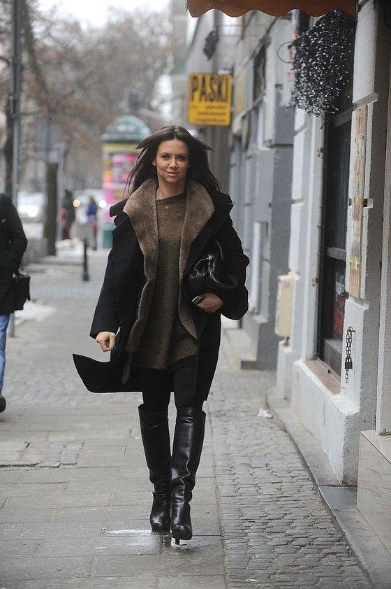 Kinga Rusin w czarnym płaszczu