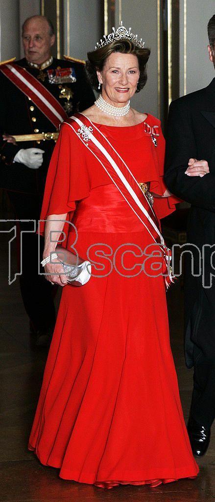 OSLO 20070417: Dronning Sonja fotografert på vei inn til gallamiddagen for statsbesøk fra Østerrike på Slottet i Oslo. Sonja med diadem / tiara med edelstener og perler, og perlehalsbånd / choker fra dronning Maud. Foto Lise Åserud / SCANPIX / POOL .