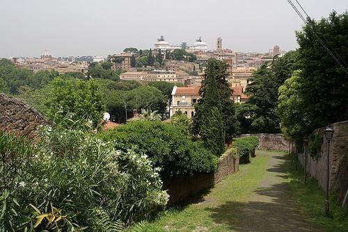 Rom, Parco Savello, Clivo della Rocca und Aussicht auf Vittoriano und Kapitol (View of Vittoriano and Capitoline Hill)