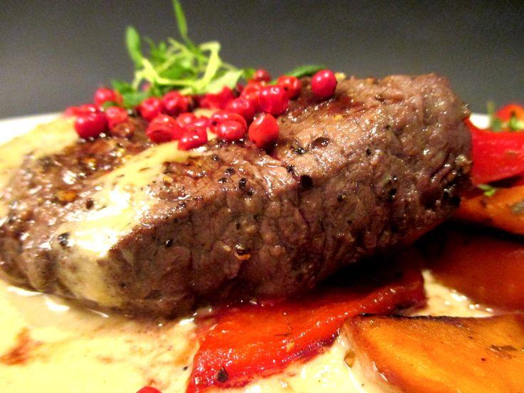 Tinskun keittiössä: Hereford luomunaudan sisäfileepihvi, konjakki- pippurikastiketta ja paahdettuja kasviksia