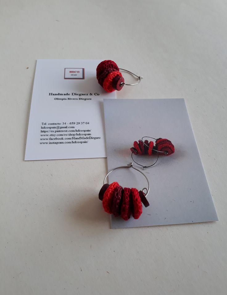Argollas tejidas de @hdcospain. A ganchillo, en tonalidades de rojo.  #ganchillo #zarcillos #hdcospain #etsyshop #reds #hechosamano #handmade #micahdco #aceroinoxidable #argollas #crochet #etsy