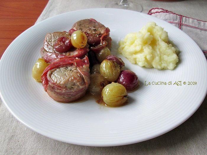 Un filetto di maiale bardato con bacon cucinato con uva e un delizioso condimento di aceto di vino, miele e vino bianco ..da urlo! Ricette La cucina di ASI