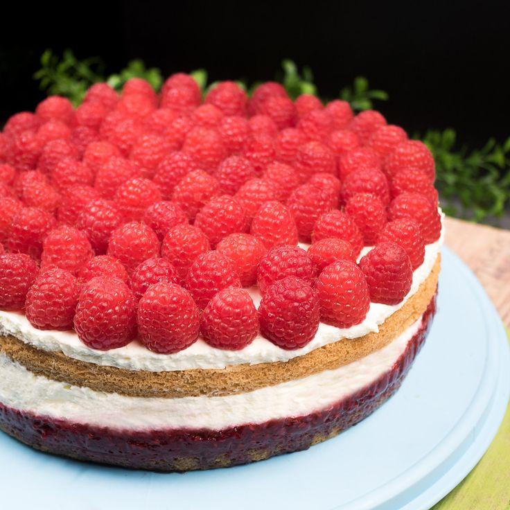Die Himbeer-Tiramisu-Torte ist ein Kuchentraum der einfach himmlisch schmeckt. Das Rezept ist low-carb und glutenfrei. Zudem aber auch lecker.