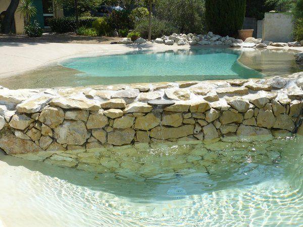 L'enduit décoratif hydrofuge est disponible en 64 coloris dont une teinte sable qui donne un aspect bord de mer au bassin. Bealmortex. Beal.