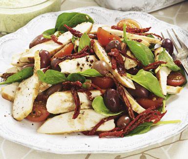 Förbered denna perfekta bufférätt dagen före genom att steka de saftiga kycklingfiléerna och blanda ihop din lena dressing. På serveringsdagen gör du sedan din vackra tomat- och olivsallad som du rör ihop med skivade filéer och dressing. Så gott!