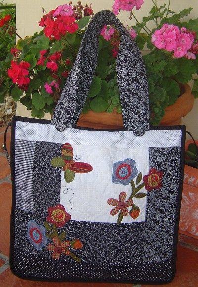 Bolsa em patchwork com aplicação em tecidos nacionais e importados, toda quiltada com um bolso interno. Fechamento com zipper. Cores e aplicações podem variar de acordo com seu gosto R$99,75