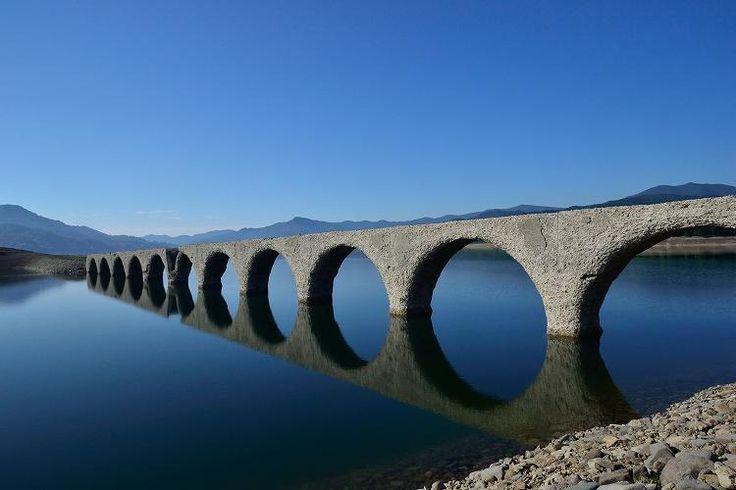 """北海道遺産にも選定されている、旧国鉄のコンクリート製アーチ「タウシュベツ橋梁」。 幾つかあるアーチの中でも特に有名なのがこの場所です。 眼鏡橋にも例えられる、産業遺構のひとつ。橋梁はそれを取り巻く糠平湖が時期によって水位を変えるため、一年を通して違う表情を見せてくれます。氷の張った湖の上に橋梁が突き出す12~3月ごろの光景は他ではなかなか見れないものです。   """"国民的テレビドラマ『北の国から』で全国区となった富良野。富良野といえばすぐさまラベンダー畑を連想される方も多いのではないでしょうか。 清涼感漂う一面の紫色は心を隅々まで癒してくれます。""""  (via http://find-travel.jp/article/3019 )"""