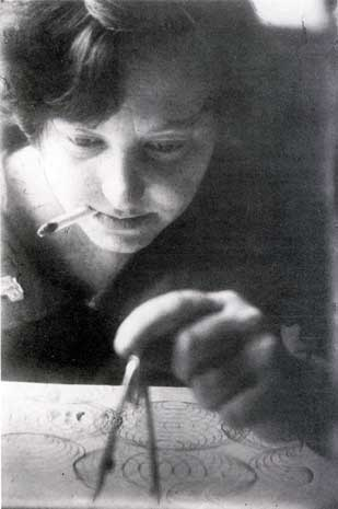 Cuando siendo mujer, fumar era un acto rebelde. Stepanova drawing design for textile, 1924.  Photo by Alexandr Rodchenko.