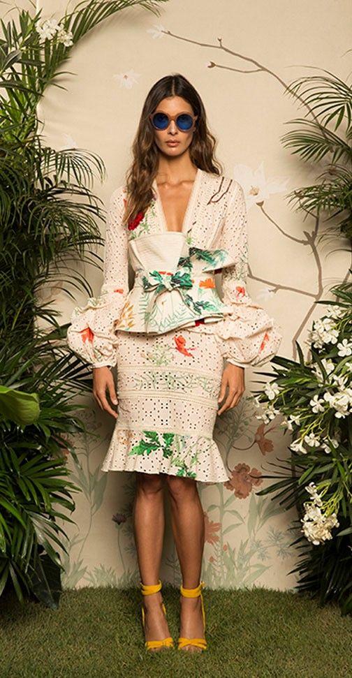 Colecciones: Colección Resort 2017 de Johanna Ortiz  Preciosa colección, donde colores como el rojo, el azul, el verde, el blanco y el crema, se mueven sobre vestidos, tops, pantalones, faldas y cinturones, #colecciones #Resort2017 #JohannaOrtiz #moda